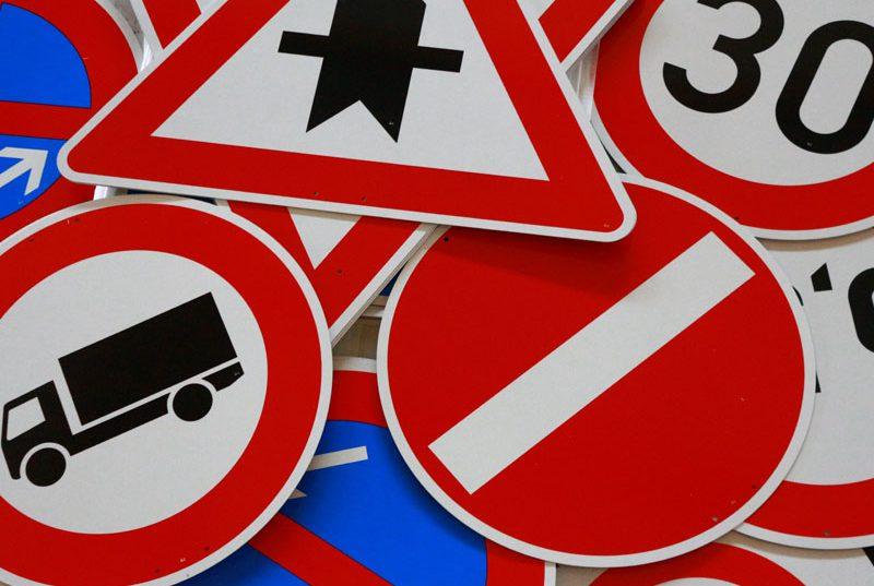 Verkehrszeichen Straßenschilder Verkehrsschilder