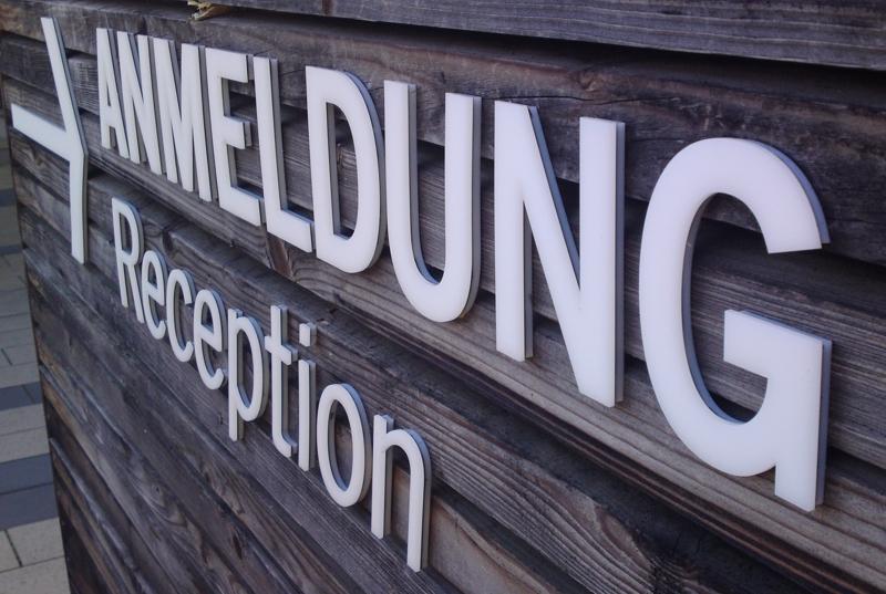Profilbuchstaben Außenwerbung montage von Firmenschildern Fassadenwerbung aus Blech/Blechbuchstaben